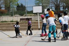 Els escolars del Pompeu Fabra practiquen l'hoquei línia