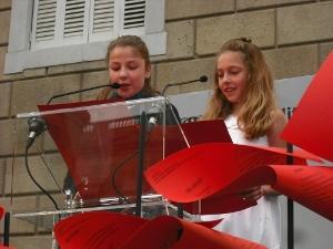L'escola Joan Maragall llegeix poemes a la plaça Sant Jaume de Barcelona