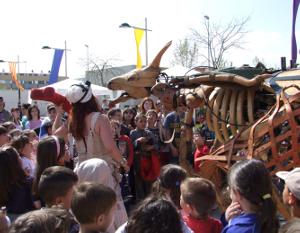 Can Papasseit acull un bon grapat d'actes de Sant Jordi, al resguard de la pluja