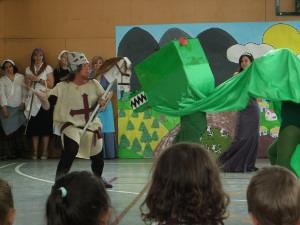"""Un grup de mares representa """"La princesa i el drac"""" al Joan Maragall"""