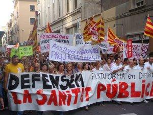 Una participativa i pacífica marxa reivindica la defensa de la sanitat pública