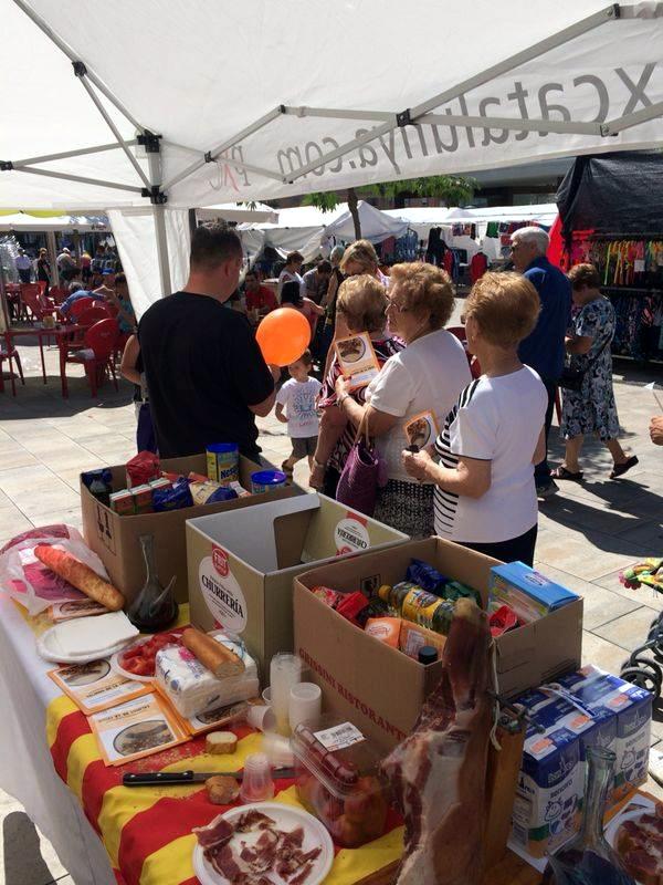 PxC omple 3 caixes d'aliments al mercat que lliuraran a 7 famílies