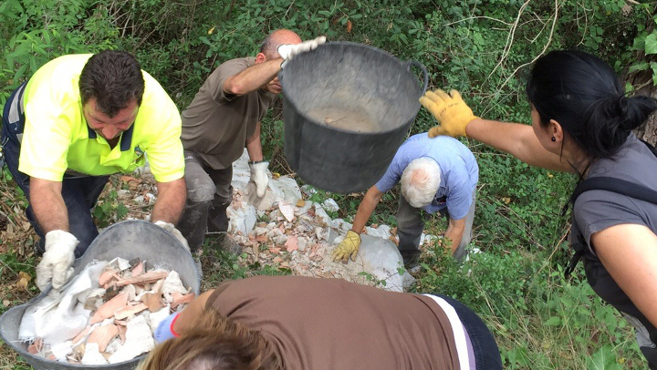 GEDEN recull 3000 quilos de residus abocats al bosc, el riu i el polígon