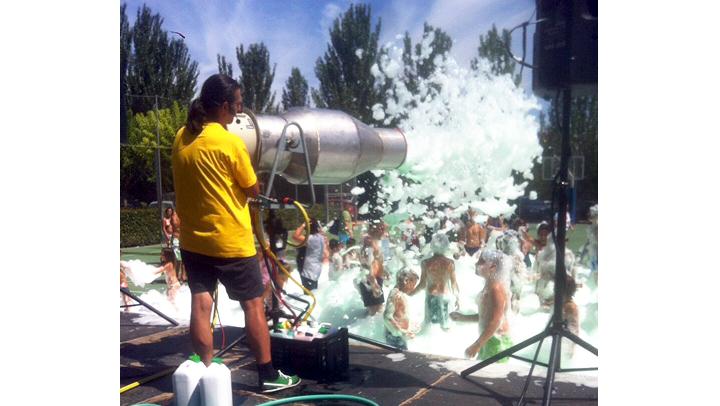 La festa de l'escuma tanca el programa d'activitats Vilanova Participa!