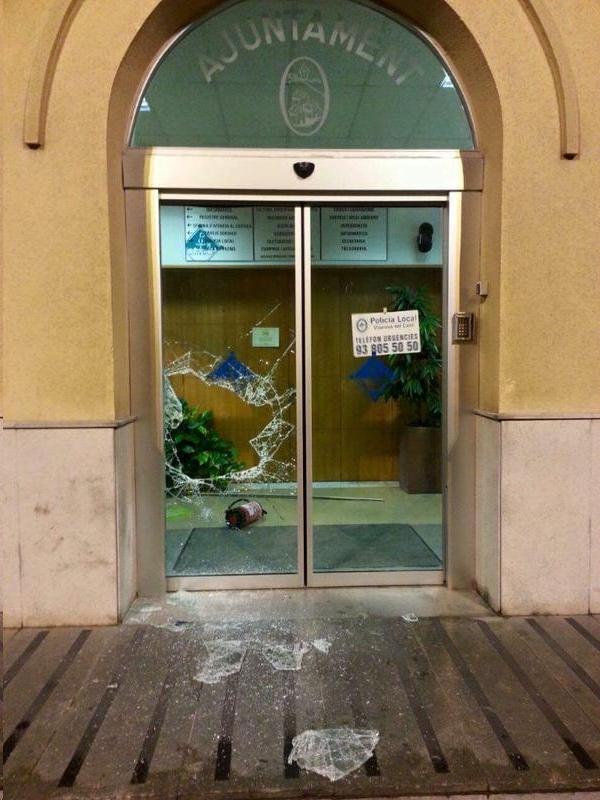 La policia investiga la porta esbotzada de l'Ajuntament