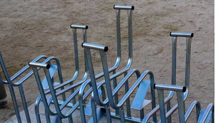 S'instal·len els aparcabicis a les escoles vilanovines