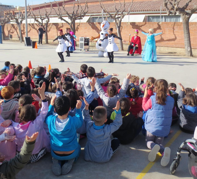L'Escola Joan Maragall festeja el Carnaval amb Artístic i els personatges de Frozen