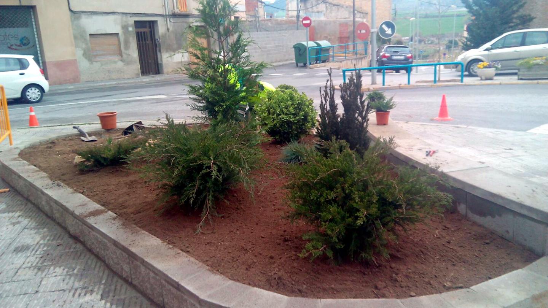 Les jardineres de la carretera d'Igualada ja llueixen nova vegetació