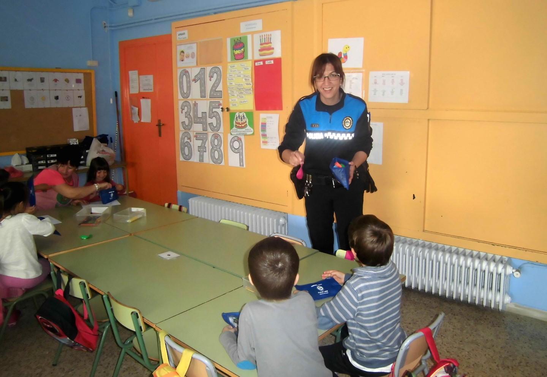 Policia i Mossos expliquen la 'Cibercaputxella vermella' a les escoles