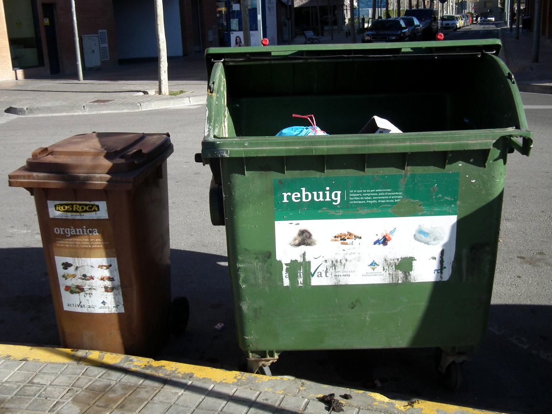 Toc d'atenció per evitar carrers bruts i fer un  bon ús dels contenidors