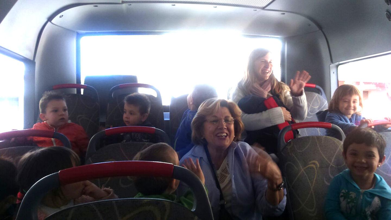 Els nens i nenes de la Xiroi pugen al bus urbà