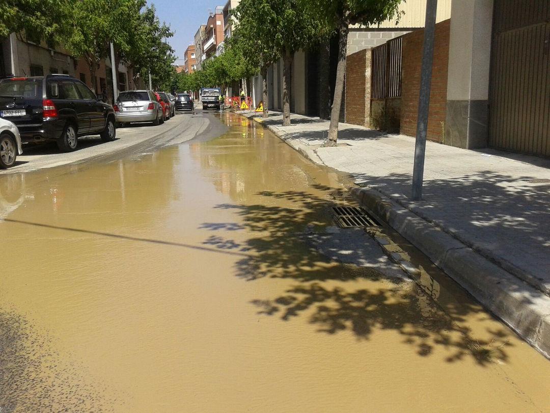 Molts abonats s'han quedat sense aigua per una avaria al carrer Major