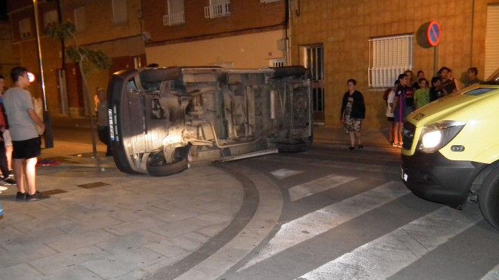Una furgoneta queda tombada sobre la calçada al carrer Santa Llúcia