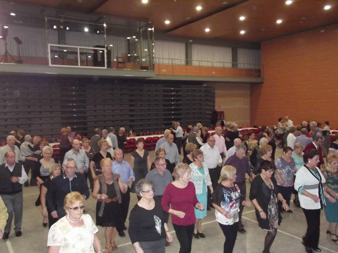 L'Associació de Pensionistes i Jubilats acomiada el 2016 ballant amb el grup Liberty