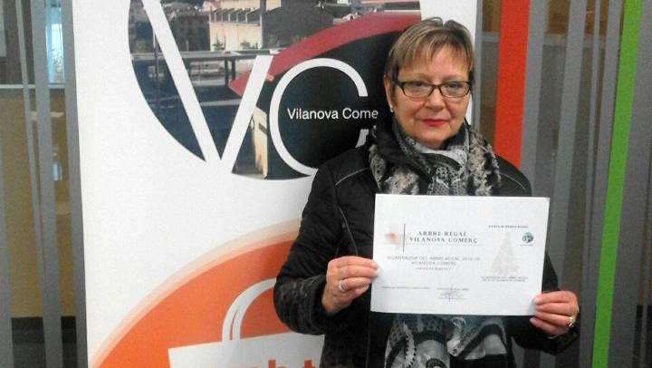 Benita Mallén ha estat la guanyadora de l'arbre de regals de Vilanova Comerç