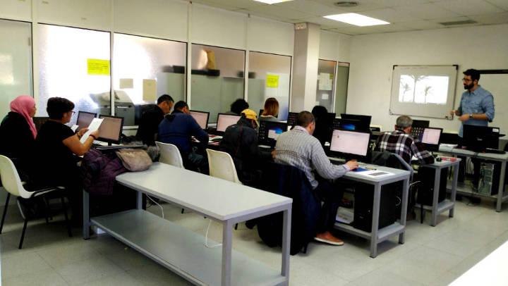 12 persones s'inicien en l'ús de l'ordinador i internet en un curs de Promoció Econòmica