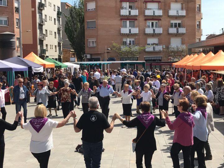 Sant Jordi fa lluir la plaça del Mercat coincidint en una diada de diumenge