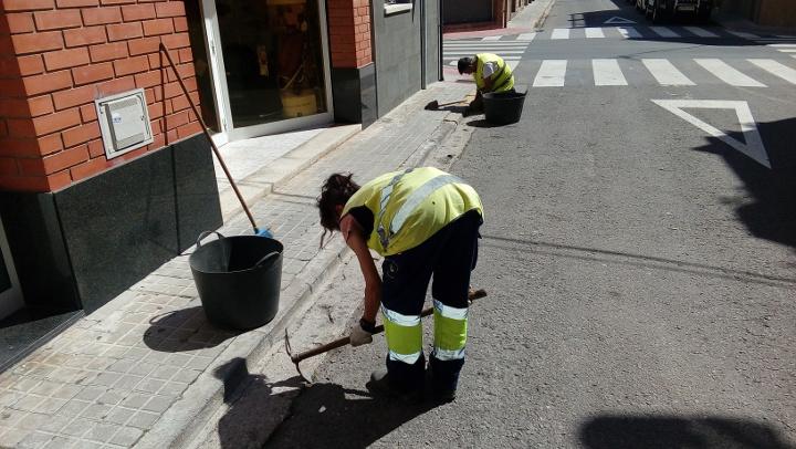 Comencen els treballs per eliminar la vegetació espontània del municipi