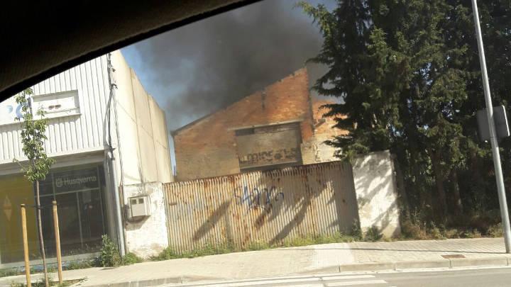 Un incendi intencionat crema fustes i plàstics dins una fàbrica antiga a costat de la via del tren