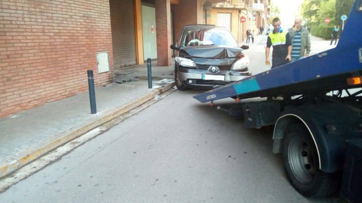 Impactant accident amb ferits lleus al carrer Verge de Montserrat