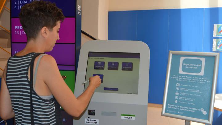 El CAP Vilanova del Camí ja disposa de pantalla tàctil per facilitar tràmits als usuaris
