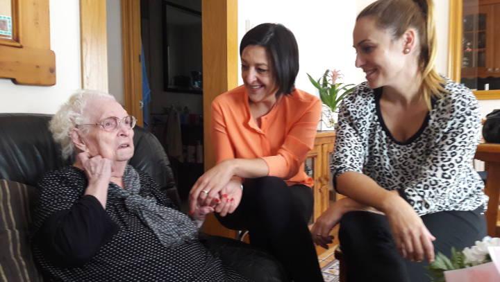 Noemí Trucharte i Sílvia Cáceres feliciten Antonia Martinez Hinojo en el seu 101 aniversari