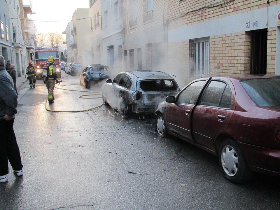 El barri La Pau es lleva amb 3 cotxes cremats i 35 més amb les rodes punxades