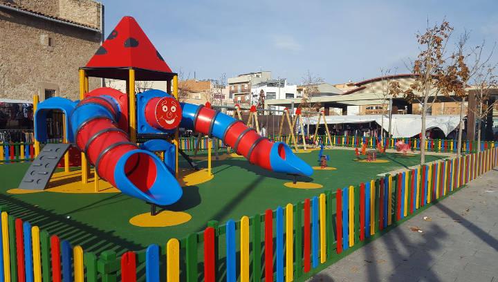 La plaça del Mercat disposa a partir d'avui d'un espai de jocs infantil ampliat