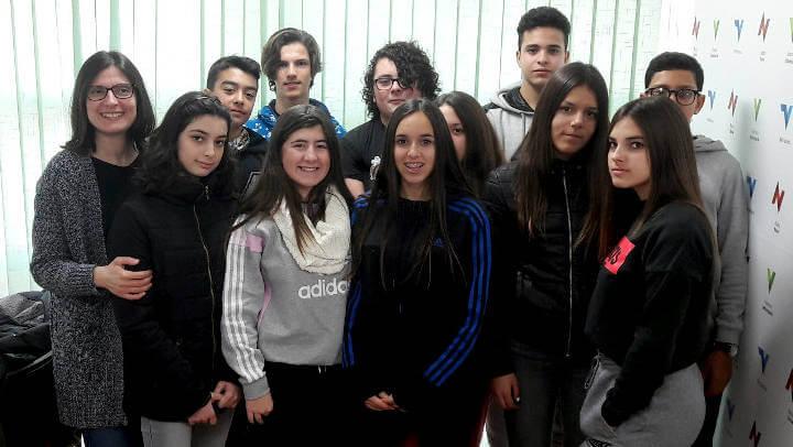 Un grup d'alumnes de l'Institut Pla de les Moreres interessats pel periodisme visiten Ràdio Nova