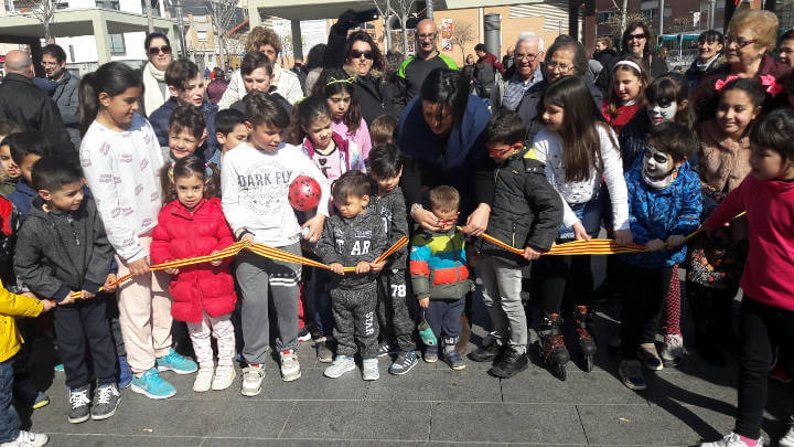 Grans i petits gaudeixen de la inauguració de l'espai de jocs de la plaça del Mercat amb una xocolatada i un racó de manualitats  FOTOS 