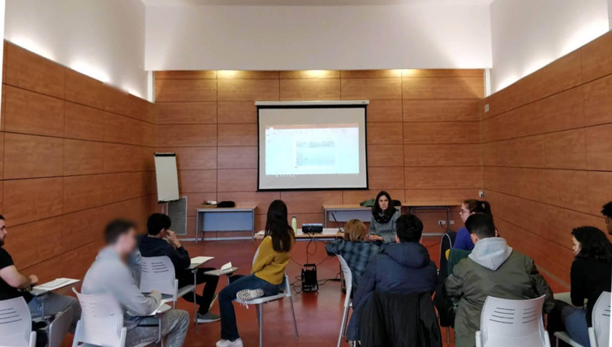 Un grup de joves debat sobre els diferents models de relació en un taller de l'Espai Jove