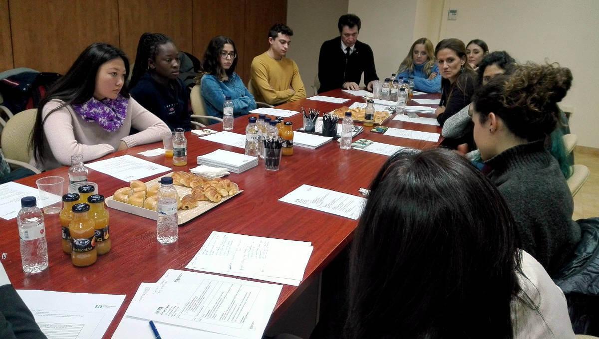 Joves anoiencs aporten visió sobre el món laboral i professional en un fòrum de la UEA