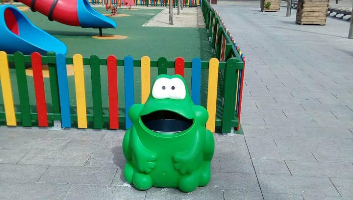 L'Ajuntament instal·la papereres divertides a diferents places per motivar els més petits a mantenir net l'espai públic