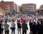 L'alumnat de segon de primària de Vilanova del Camí balla a ritme de bolliwood i omple la plaça del Mercat de música i colors |VÍDEO i FOTO|