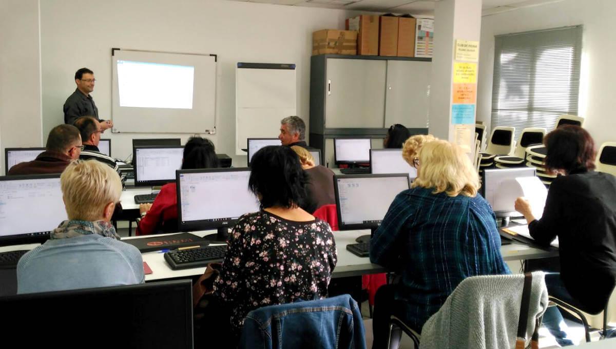 Promoció Econòmica forma 12 persones en situació d'atur perquè aprenguin a fer servir l'ordinador per cercar feina