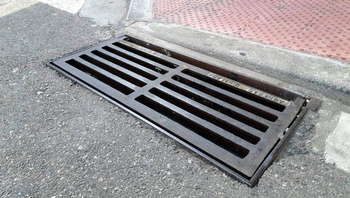 La brigada municipal ha revisat i netejats els embornals dels vials del barri La Pau i Bonavista
