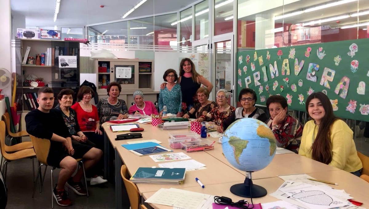 9 joves de l'INS Pla de les Moreres participen en un programa de voluntariat al Casal de la Gent Gran