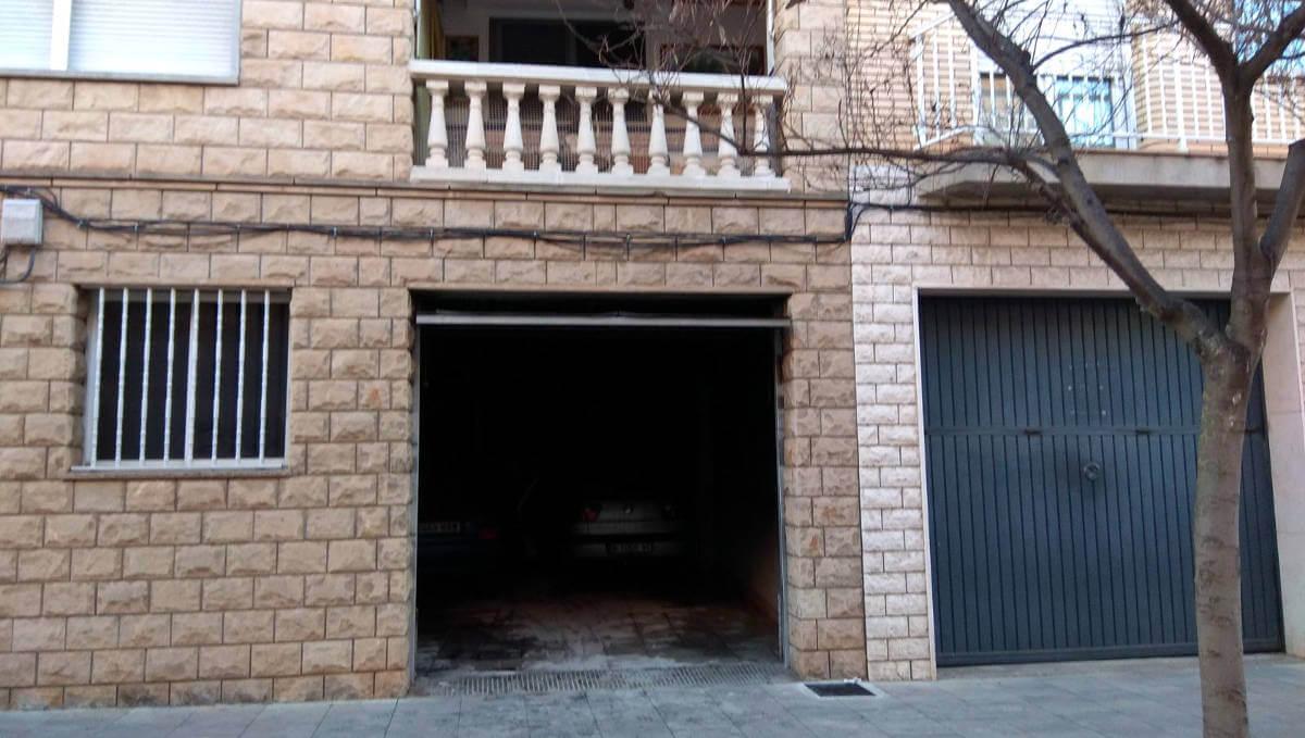 La combustió d'un cotxe dins un magatzem dóna un bon surt a una família del carrer Santa Llúcia