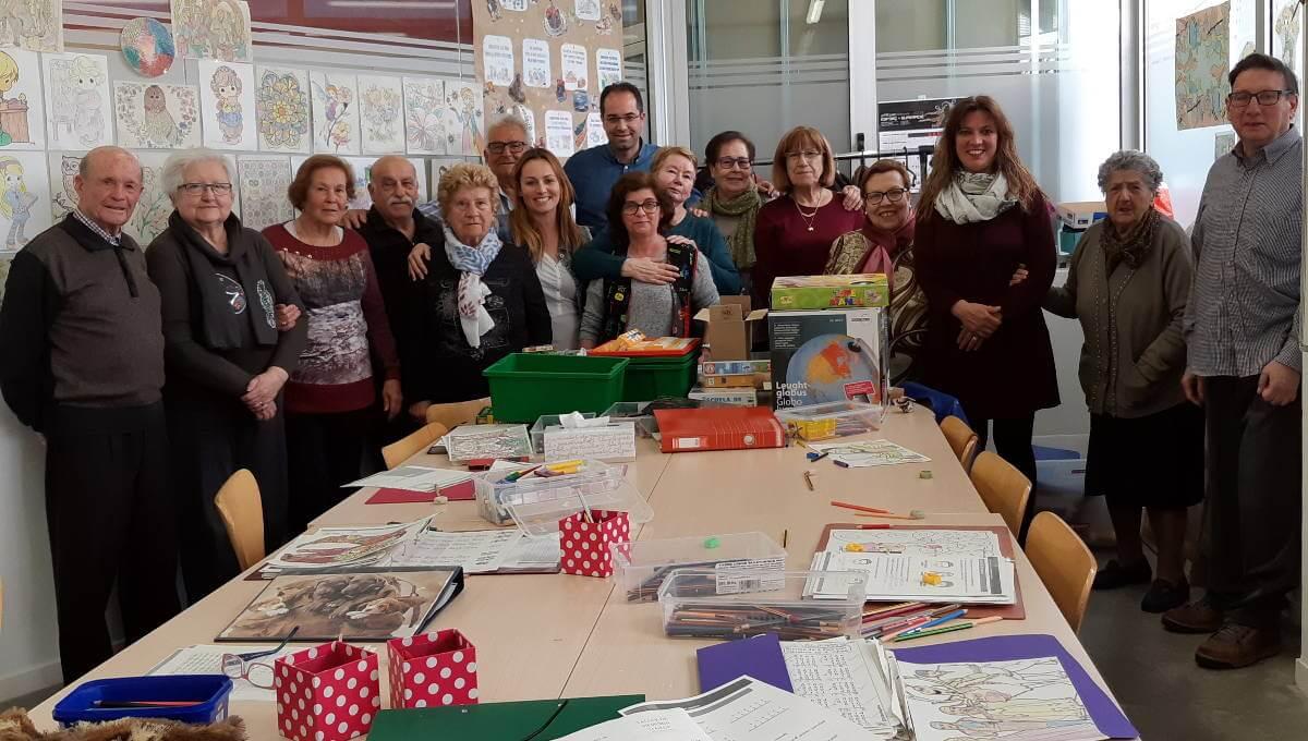 La regidora Sílvia Cáceres lliura al Casal materials de papereria i jocs procedents d'una donació de la cooperativa ABACUS