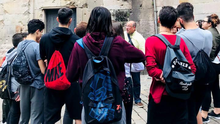 Alumnes del Pla de les Moreres segueixen les petjades dels personatges de 'L'ombra del vent'
