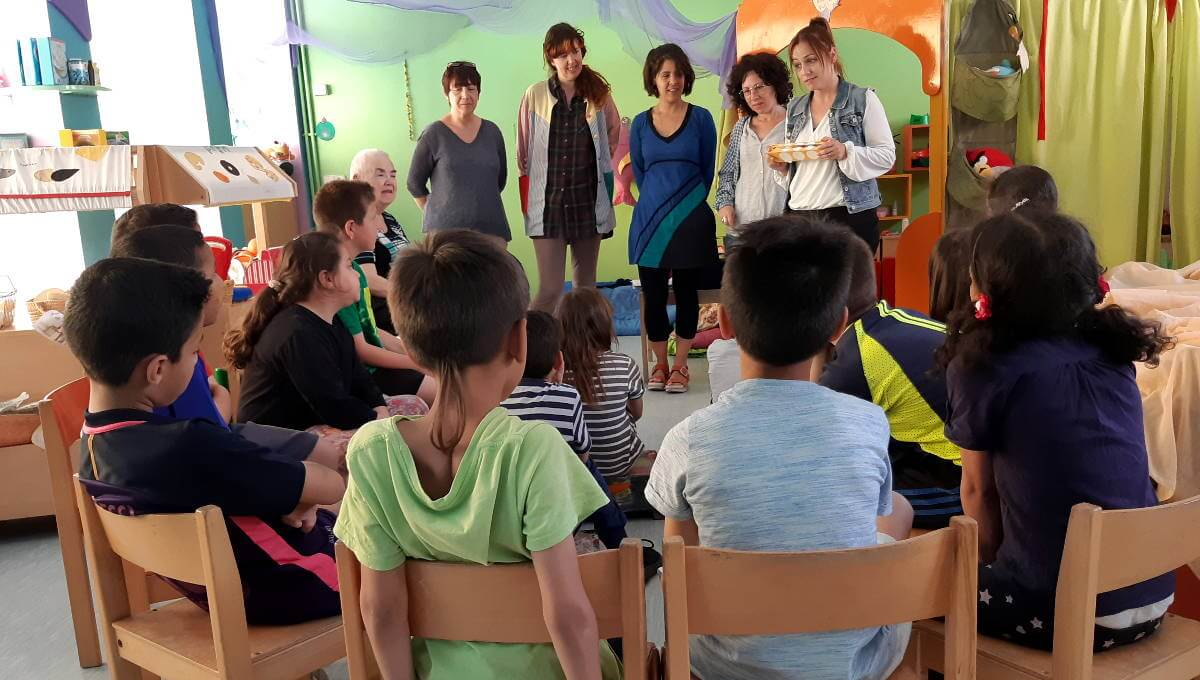 La regidora de Serveis Personals comparteix amb els nens i nenes d'El Cireret el material escolar i de joc cedit per ABACUS