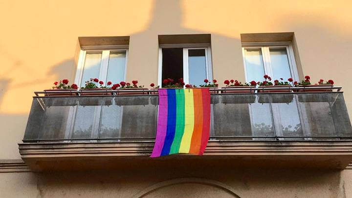 Oneja la bandera irisada a l'Ajuntament amb motiu del Dia de l'Alliberament LGTBI