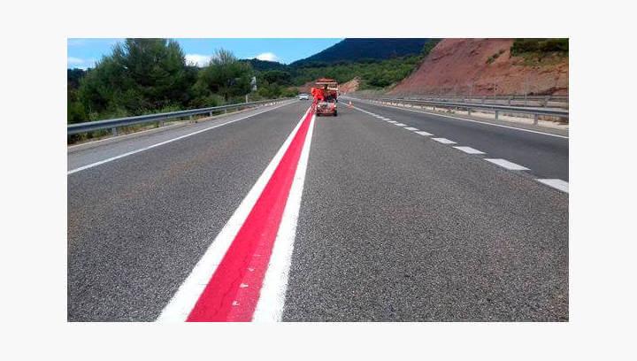 Territori i Sostenibilitat millora la seguretat viària a l'Eix Diagonal amb una franja central vermella i elements sonors