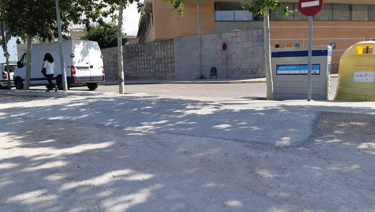 La brigada fa obres de milloraa l'aparcament de terra de davant al Mercadona