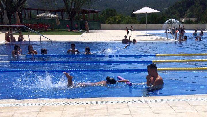 Una vuitantena d'infants recullen els diplomes dels cursets de natació |FOTOS|