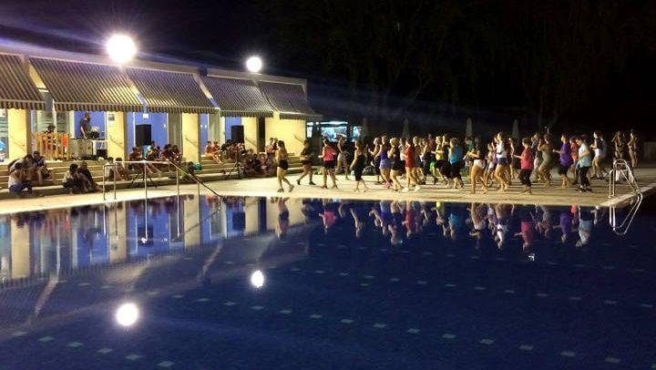 Inflables, masterclass i remullada nocturna omplen d'activitat la piscina per acomiadar el programa esportiu |FOTOS|