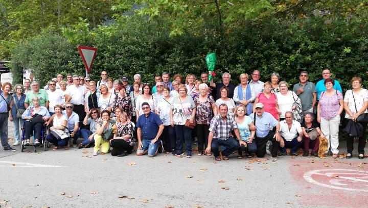 Unes 70 persones fan l'excursió cultural amb l'AAVV Barri Bonavista a Sant Joan de les Fonts
