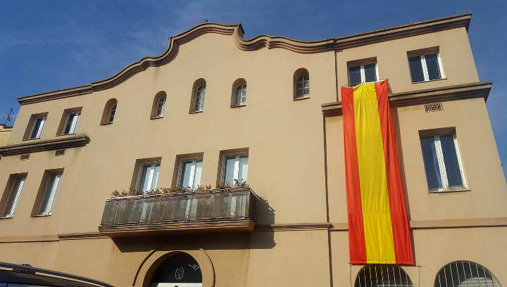 L'Ajuntament de Vilanova llueix avui una gran bandera espanyola per celebrar, segons ha explicat l'alcaldessa, el dia de la Hispanitat
