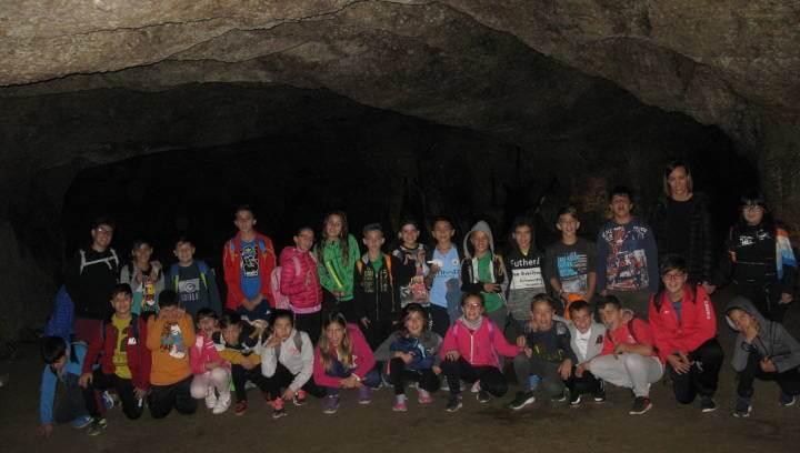 Alumnes de cicle superior de l'Escola Joan Maragall visiten les Coves de l'Espluga de Francolí