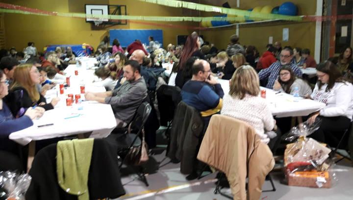 El gimnàs de l'Escola Joan Maragall acull una entretinguda tarda de bingo amb una bona participació familiar | FOTOS